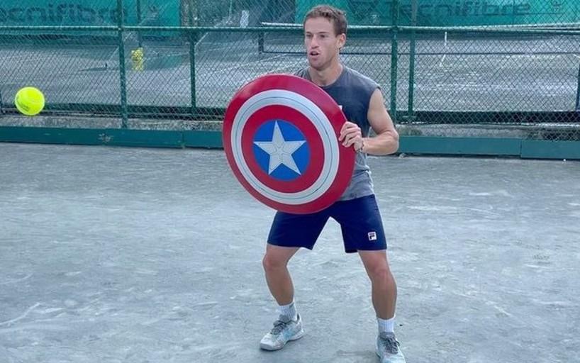 Диего Шварцман сыграл в теннис с щитом Капитана Америки вместо ракетки