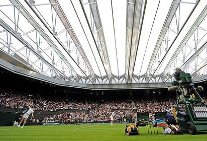 Фото: Getty Images. Ставшая уже знаменитой крыша накрыла центральный корт Уимблдона