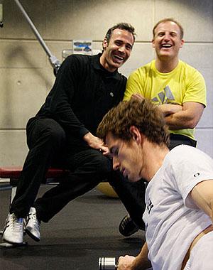 Фото: www.flickr.com. Апрель 2008-го. Тренеры Энди Маррея - Алекс Корретха и Майлз Маклэгэн наблюдают за тренировкой шотландца