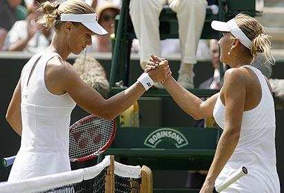Фото: Getty Images. Елена Веснина (справа) поздравляет Елену Дементьеву с победой