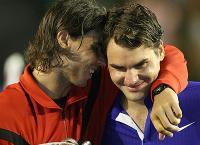 Фото: Getty Images. Рафаэль Надаль обнимает Роджера Федерера