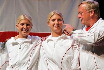 Фото: АР. Слева-направо: Сандра Клеменшиц, Даниэла Клеменшиц и экс-капитан сборной Австрии в Кубке Федерации Альфред Тесар