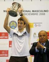 Фото: EFE. Победитель Master Nacional de Tenis-2008 Томми Робредо и президент Федерации тенниса Испании Педро Муньос